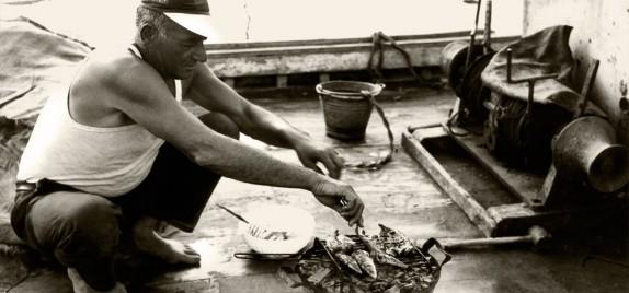 Marinaio cuoce la saraghina