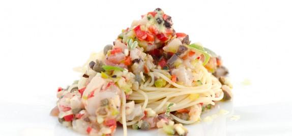 Spaghettino freddo, crudità di pesce, crostacei e verdure